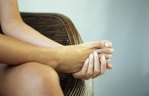Почему сводит руки и ноги? Что делать при судорогах?