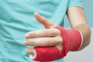 Меры первой помощи при вывихе пальца и его дальнейшее лечение